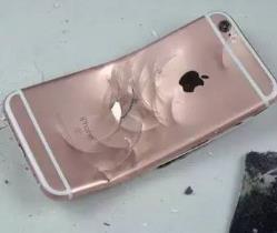 iPhone7全球首砸 果粉用高跟鞋击碎屏幕