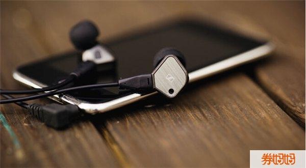 在众多的耳机品牌之中,森海塞尔排名世界第一。森海塞尔这个品牌起源于德国,是专业耳机及话筒品牌,推出过很多经典的耳机产品,在世界市场上一直处于领军地位。这款Sennheiser 森海塞尔 IE80 高保真入耳式降噪耳机是森海塞尔的旗舰款耳机,也是森海塞尔极具代表性的耳机款式,拥有音场广阔,定位准确,细节丰富等特点,是款全面的好耳机。 耳机外壳部分采用了金属拉丝工艺,科技含量十足。入耳式耳塞具有高保真立体声增强效果和高噪音被动衰减设计,而且有出色的低音响应和有效的噪声隔离。对称耳塞线设计,明快清晰的音频,同时